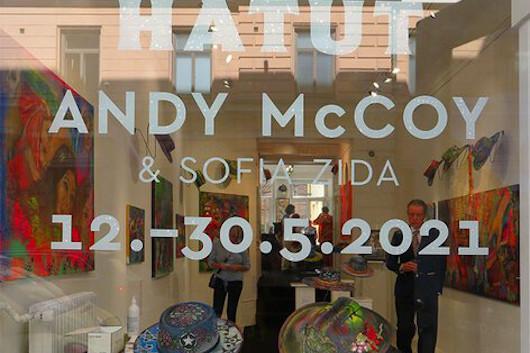 アンディ・マッコイがアート展のオープニングでストリート・ライブをサプライズ・パフォーマンス!
