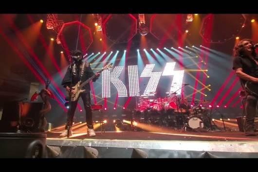 """KISSがジーンのソロ曲""""See You Tonite""""の演奏動画をアップ! バンドはポールに続いてジーンもコロナ感染し、ツアーを休止中!"""