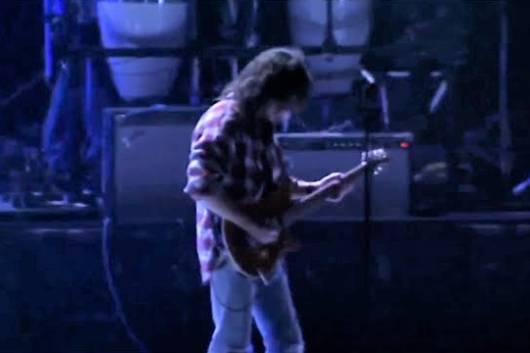 生前のエディ・ヴァン・ヘイレンがジェフ・ポーカロのトリビュート・コンサートのリハーサルで演奏する姿を捉えた動画が話題に!